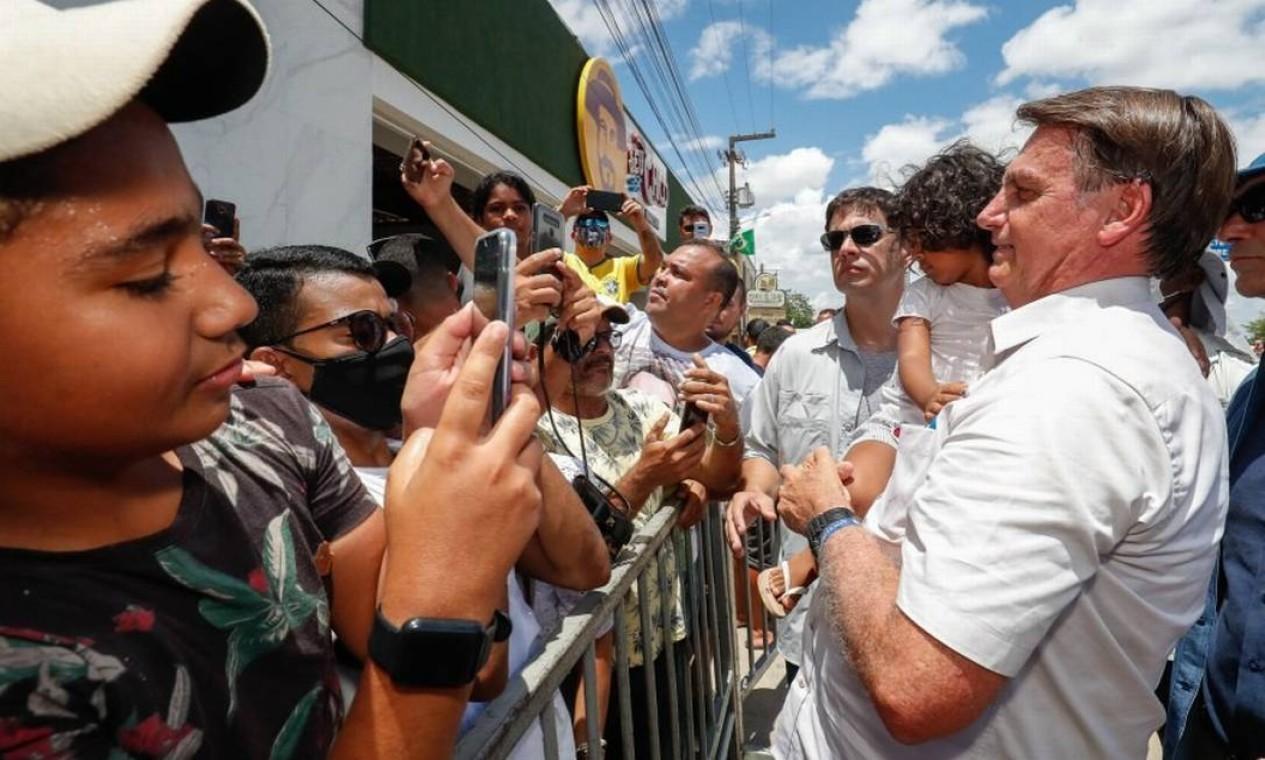 Com seu negacionismo, Bolsonaro transformou aparições públicas em cenas de campanha pré-pandemia, com abraços e beijos indiscriminados diante de aglomeração de apoiadores Foto: Alan Santos / PR - 30/12/2020
