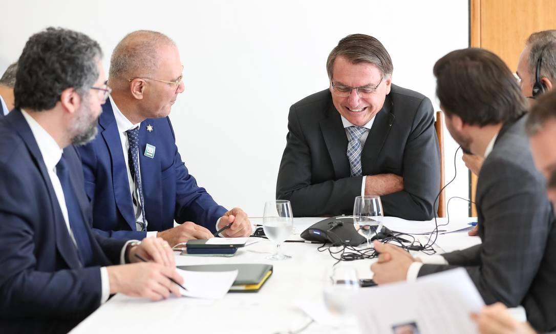 Jair Bolsonaro durante reunião na qual telefonou para o primeiro ministro de Israel, Benjamin Netanyahu: sem máscara ou distanciamento, em ambiente fechado Foto: Marcos Corrêa / Presidência da República - 12/02/2021