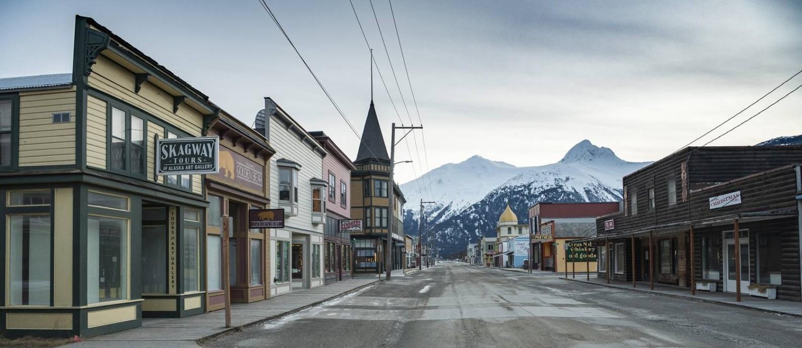 A Broadway, a principal avenida de Skagway, no Alasca, completamente deserta. A cidade vem sofrendo com a falta de turistas, que chegavam a bordo de navios de cruzeiro Foto: Christopher Miller / The New York Times