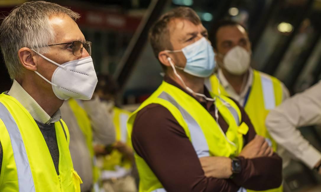 O presidente da Stellantis, Carlos Tavares (de óculos), visita fábrica da Fiat em Betim (MG) Foto: LEO LARA / Divulgação