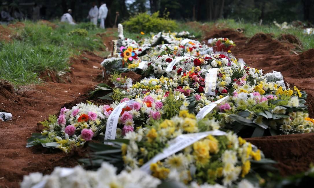 Sepulturas em cemitério de São Paulo Foto: CARLA CARNIEL/REUTERS / CARLA CARNIEL/REUTERS