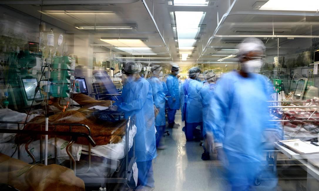 Profissionais de saúde cuidam de pacientes com Covid-19 no Hospital Nossa Senhora da Conceição, em Porto Alegre, Rio Grande do Sul. Foto: SILVIO AVILA / AFP