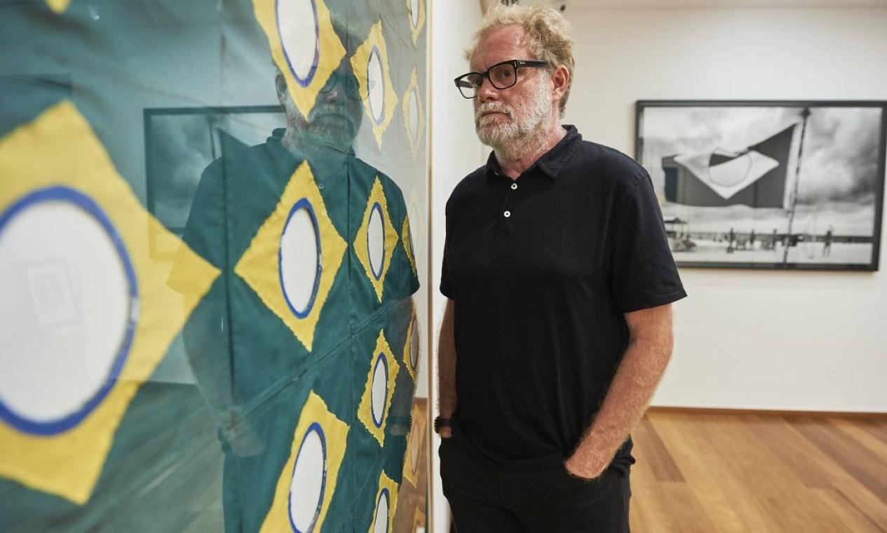 Raul Mourão em sua sala na mostra 'A escolha do artista na Coleção Roberto Marinho' Foto: Cadu Pilotto/Divulgação