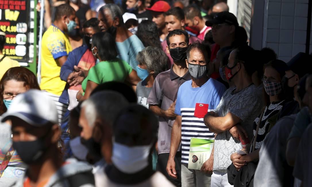 Fila na Caixa Econômica de Queimados. Pessoas tentando receber o Auxílio emergencial e o FGTS emergencial. Foto: Fabiano Rocha / Agência O Globo
