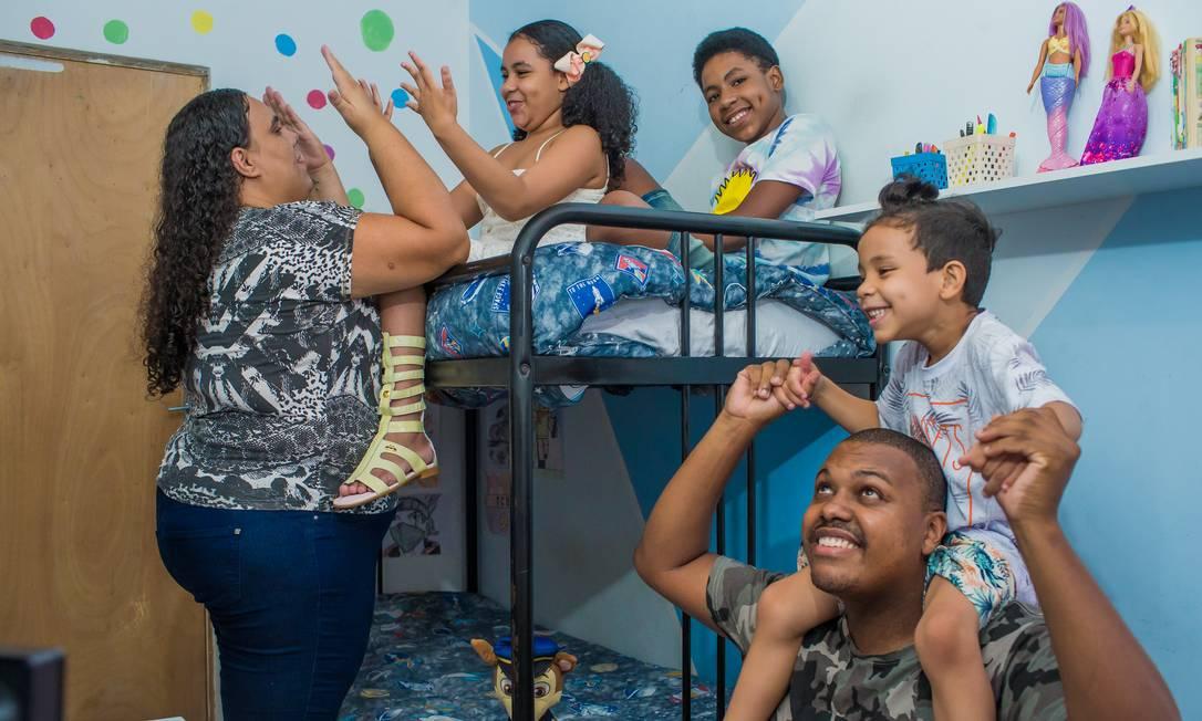Cristiane e Rafael adotaram três irmãos durante a pandemia Foto: Edilson Dantas / Agência O Globo