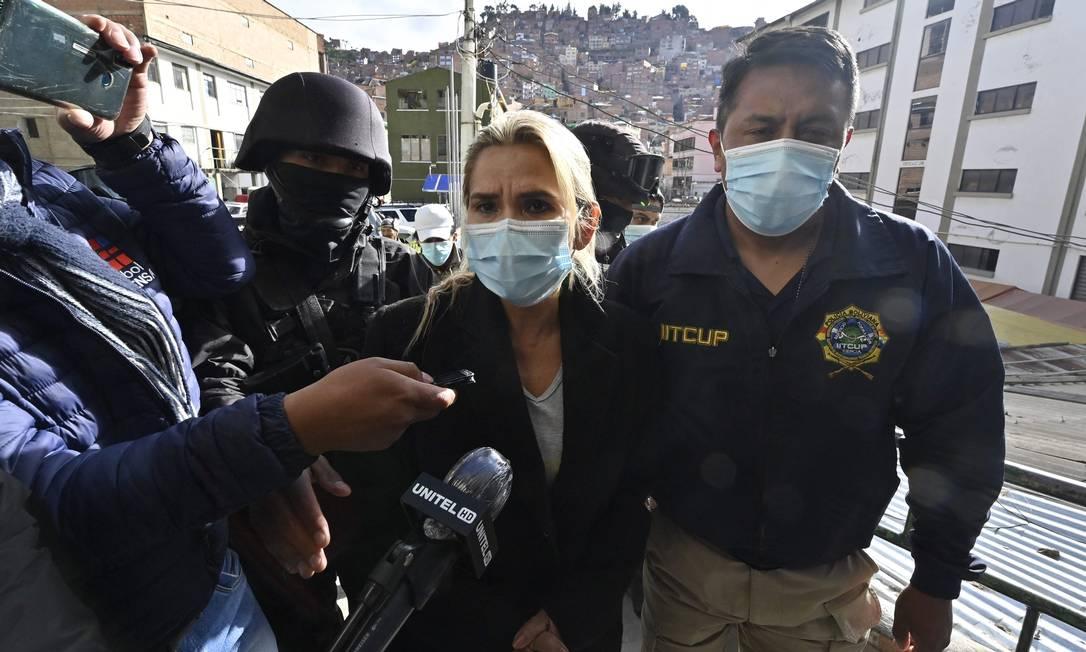 A ex-presidente interina é escoltada por policiais ao chegar detida a La Paz Foto: AIZAR RALDES / AFP