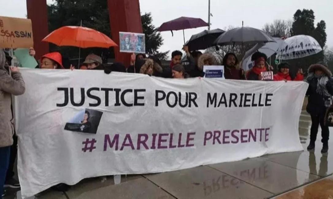 Debaixo de chuva, brasileiros protestaram em 2019 em frente à ONU, em Genebra, pedindo justiça por Marielle Foto: Reprodução
