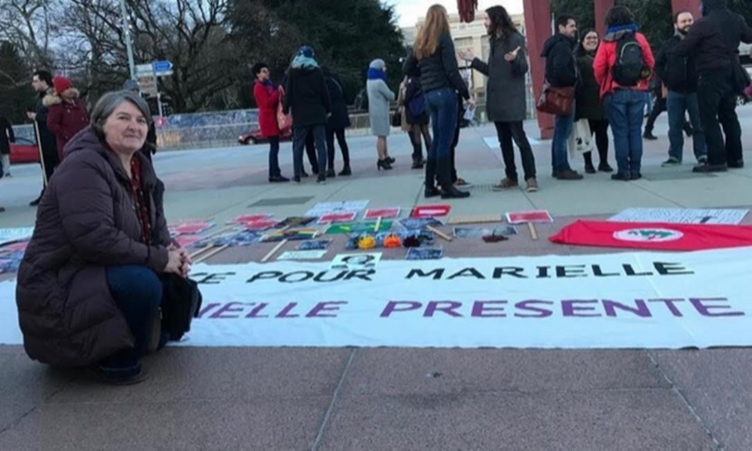 A ativista pelos Direitos Humanos Angela Wiebusch de Faria organiza o quarto ato em memória de Marielle Franco em Genebra, na Suíça Foto: Reprodução