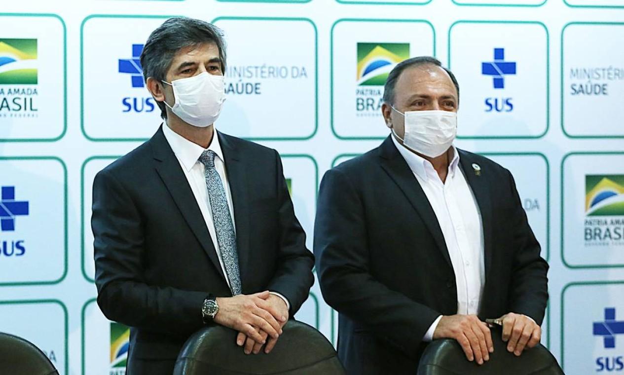 O ex-ministro Nelson Teich e o então secretário-executivo do Ministério da Saúde, Eduardo Pazuello, durante entrevista coletiva em maio do ano passado Foto: Jorge William / Agência O Globo - 15/05/2020