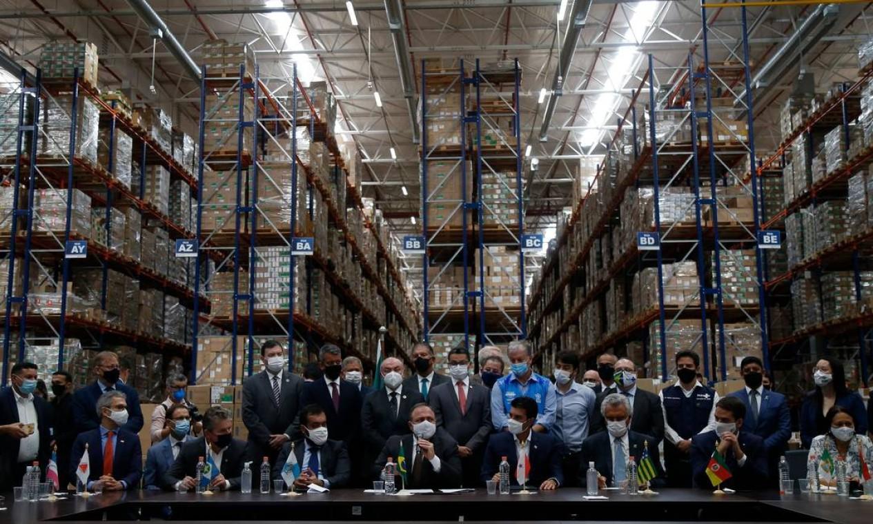 Eduardo Pazuello junto a governadores no Centro de Distribuição Logística do Ministério da Saúde, em Guarulhos, para a distribuição de doses da Coronavac para os estados Foto: MIGUEL SCHINCARIOL / AFP