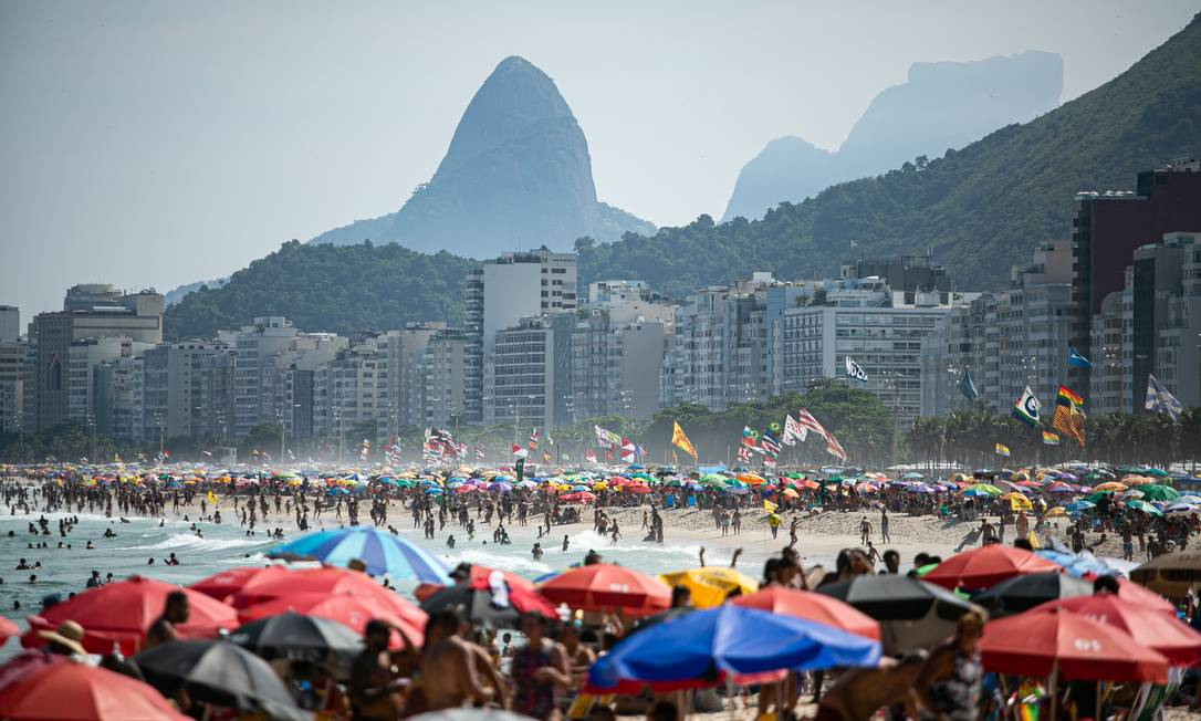 Praia do Leme na tarde deste domingo. Foto: Hermes de Paula / Agência O Globo