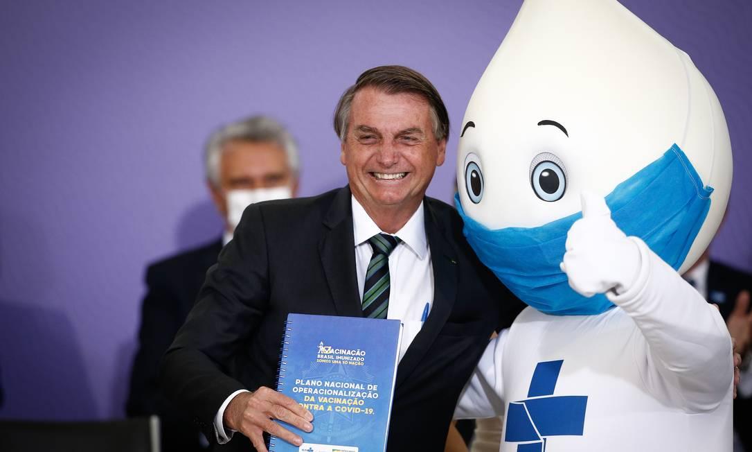 Bolsonaro em foto com Zé Gotinha, em dezembro: presidente tenta reverter imagem de que não se empenhou para assegurar vacinação de brasileiros contra a Covid-19 Foto: Pablo Jacob / Agência O Globo