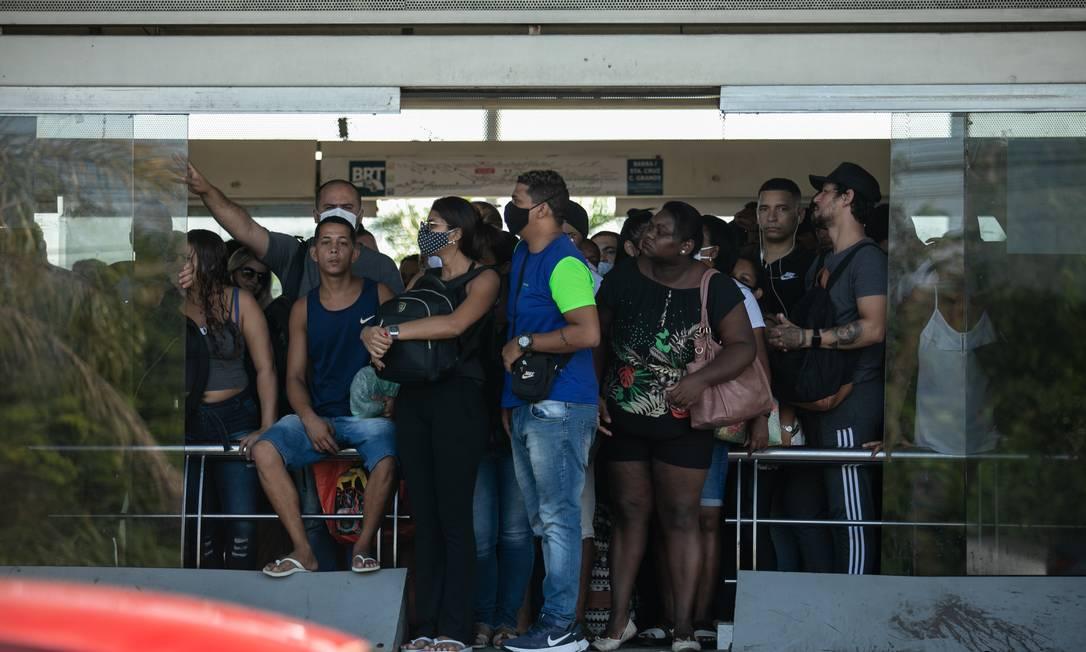 Passageiros aglomerados e muitos sem máscara na Estação do Mato Alto Foto: Brenno Carvalho / Agência O Globo