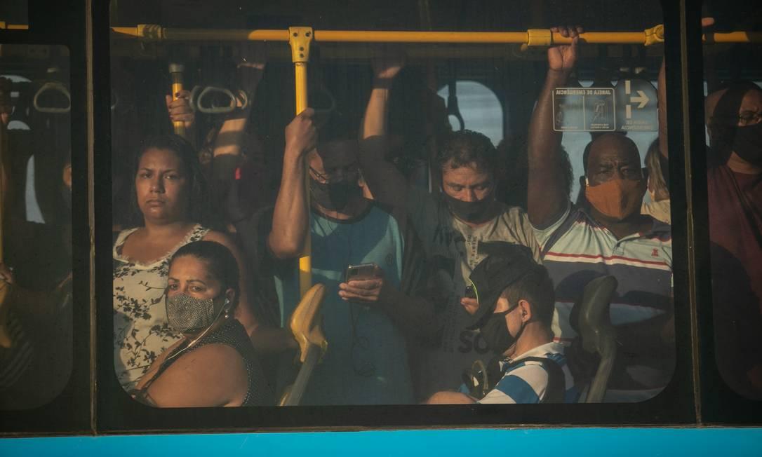 Aglomeração e superlotação no BRT é algo diário no Rio, mesmo com medidas restritivas Foto: Brenno Carvalho / Agência O Globo