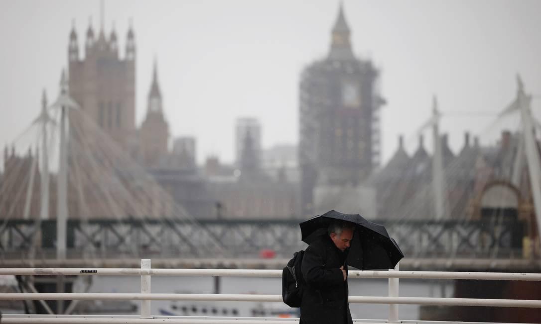 Homem caminha por Londres em meio à pandemia Foto: HENRY NICHOLLS / REUTERS