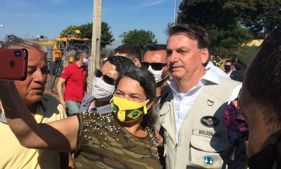 Presidente sem máscara na aglomeração que provocou em Brasília Foto: Daniel Gullino/7-6-2020