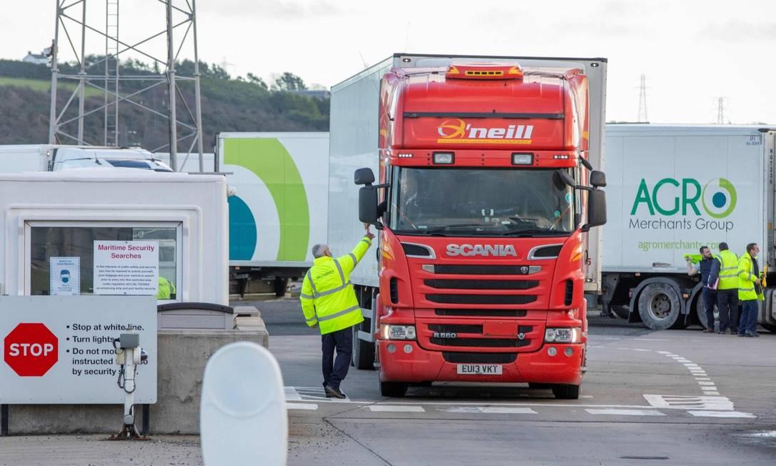 Caminhoneiro para em posto de checagem no Porto de Larne, na Irlanda do Norte Foto: PAUL FAITH / AFP / 1-1-21