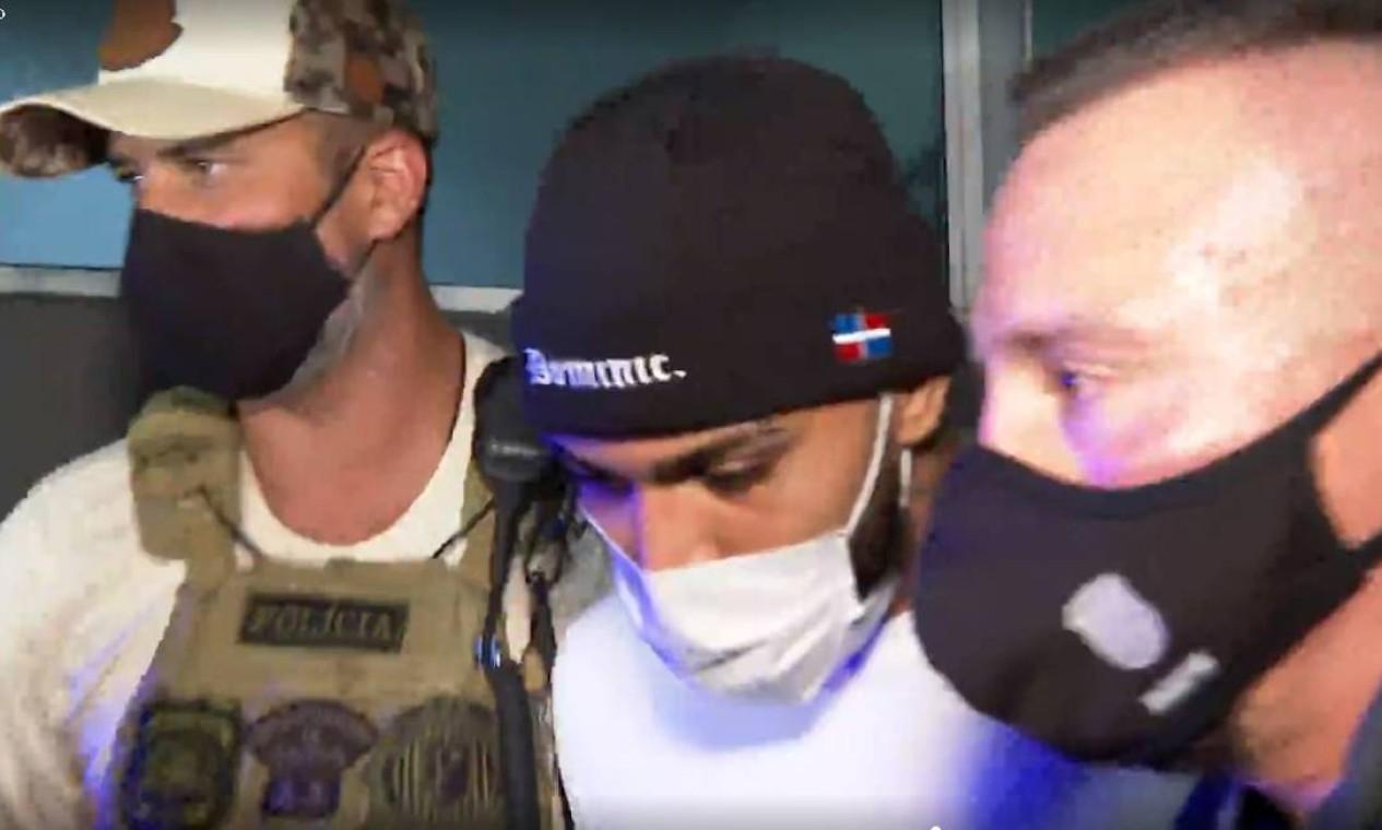 Gabigol é conduzido pela polícia após operação que flagrou cerca de 200 pessoas em um cassino clandestino Foto: Agência O Globo/Reprodução