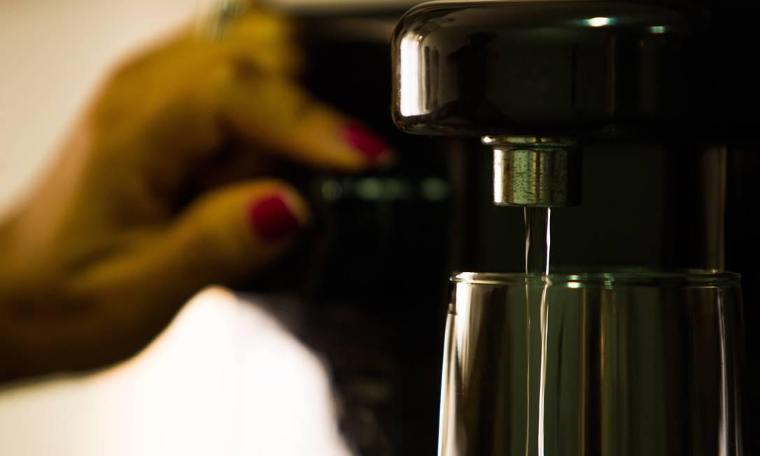 Água filtrada com carvão ativado evita a injestão de geosmina Foto: Guilherme Leporace