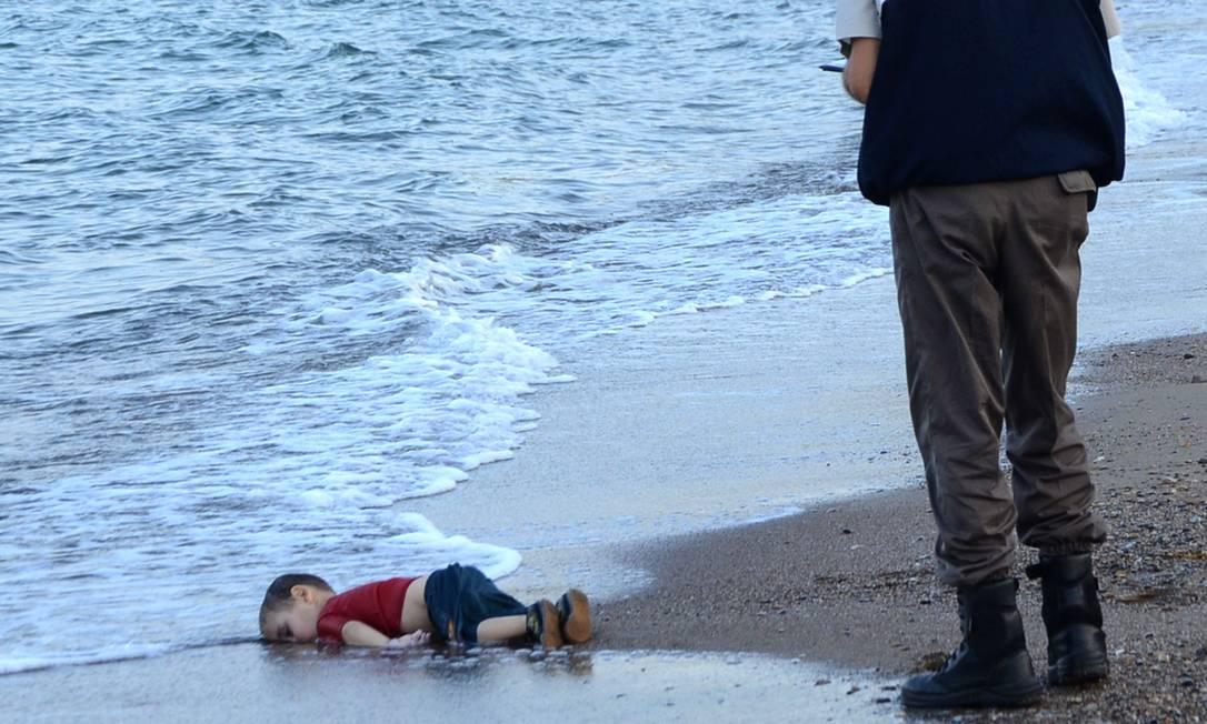 O menino sírio. A foto do corpo de Aylan Shenu, na costa de Bodrum, no sul da Turquia, tornou-se uma das imagens mais chocantes da década passada. Ele era passageiro de um barco que transportava refugiados e afundou ao chegar à ilha grega de Kos Foto: NILUFER DEMIR / AFP - 02/09/2015