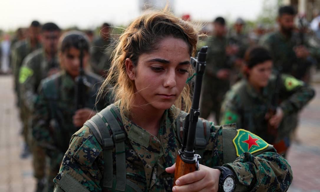 Guerrilheiras e guerrilheiros das Forças Democráticas da Síria (SDF) comparecem ao funeral de quatro companheiros lutadores na cidade de Qamishli, no nordeste do país Foto: DELIL SOULEIMAN / AFP - 15/09/2018