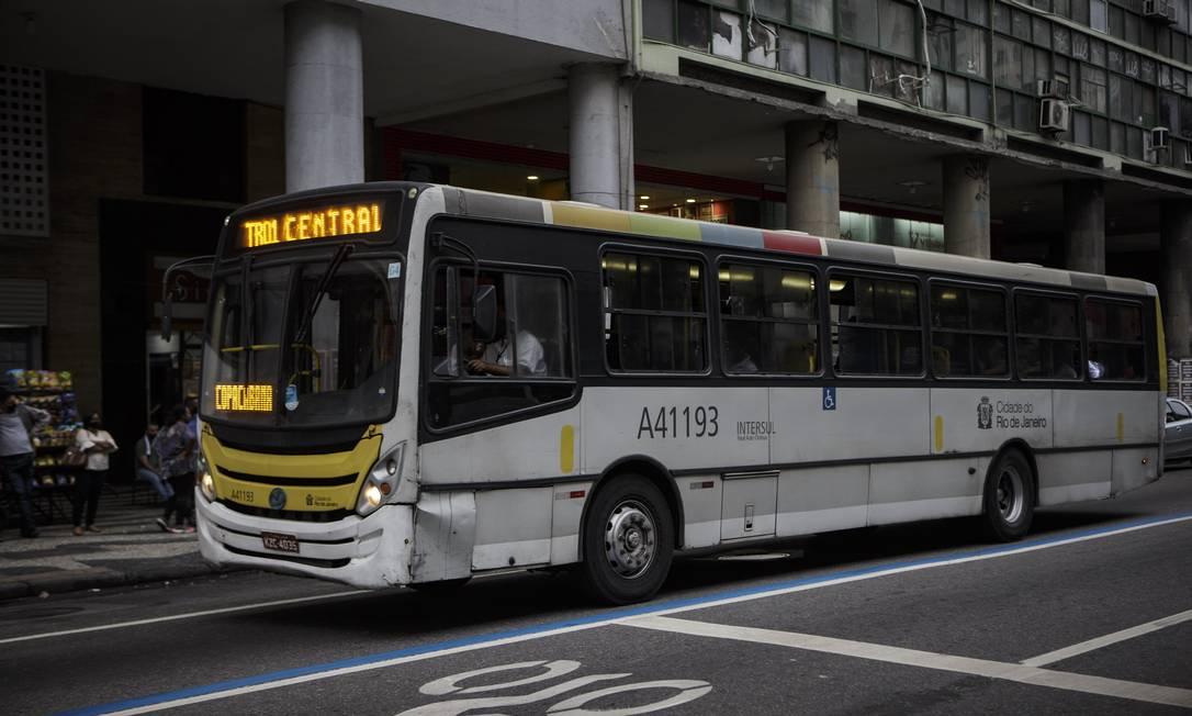 Ônibus circulando pelo Rio Foto: Alexandre Cassiano/05.11.2020 / Agência O Globo
