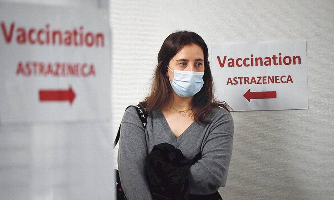 Posto indica vacinação da AstraZeneca na França, no começo de março; no Brasil, o imunizante é a principal aposta do governo federal e uma das duas usadas na campanha Foto: Benoit Tessier/Reuters/5-3-2021