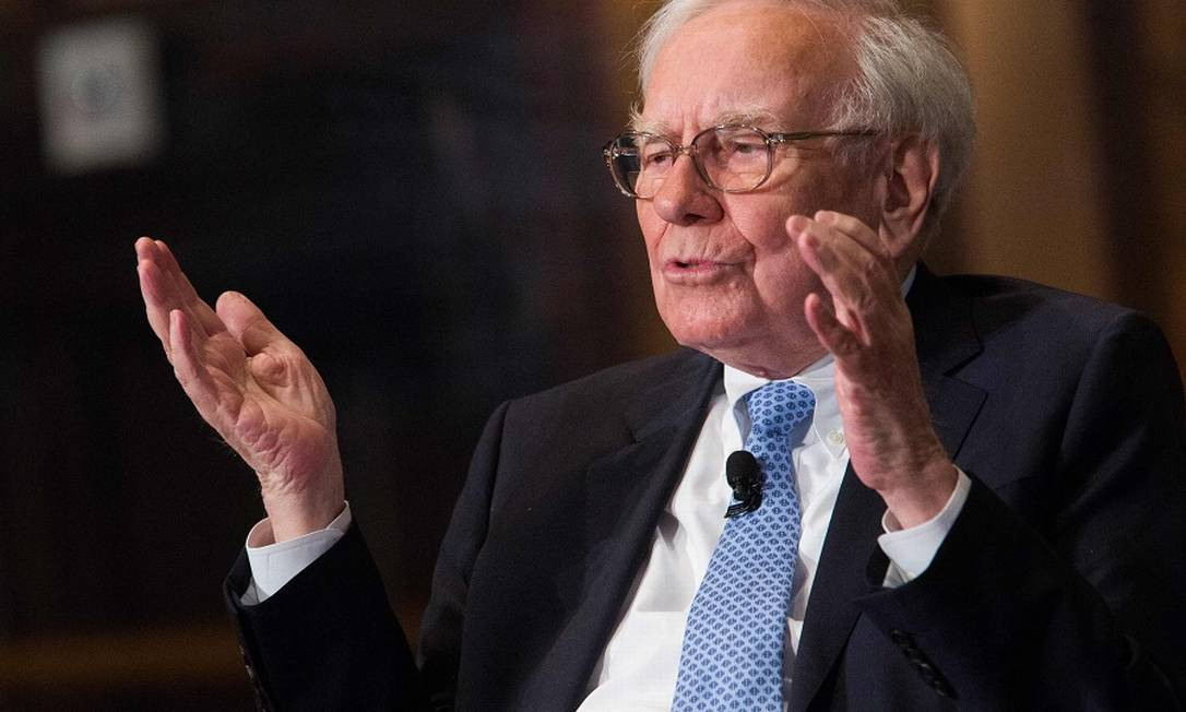 Warren Buffett, o megainvestidor no Olimpo dos bilionários aos 90 anos Foto: DREW ANGERER / AFP