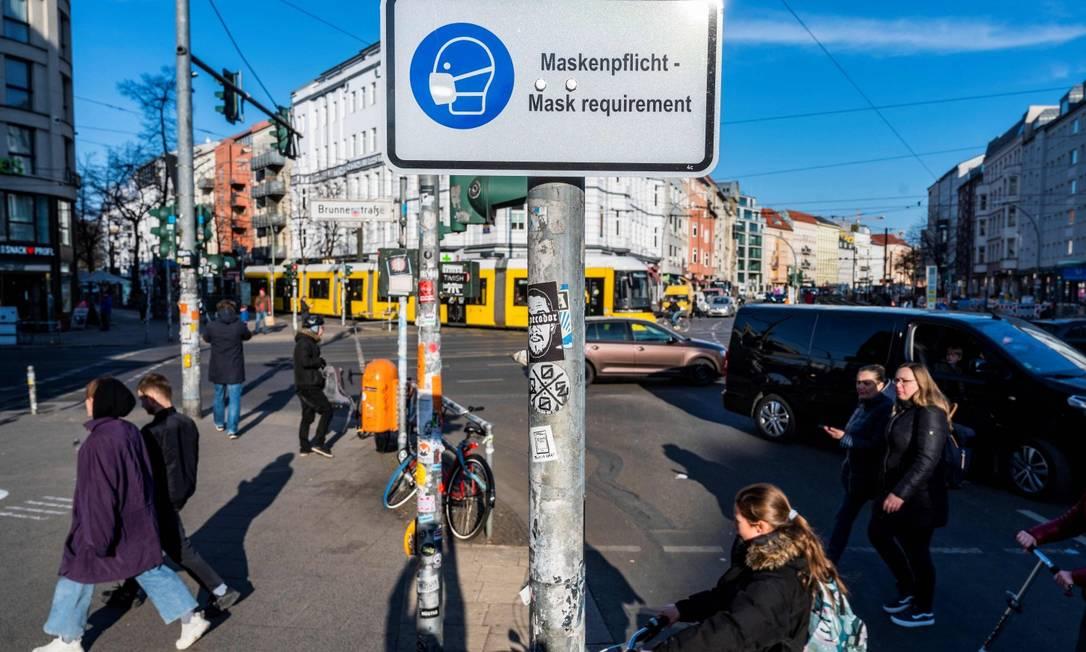 Em cruzamento de Berlim, placa alerta para o uso obrigatório de máscaras Foto: JOHN MACDOUGALL / AFP/10-3-21