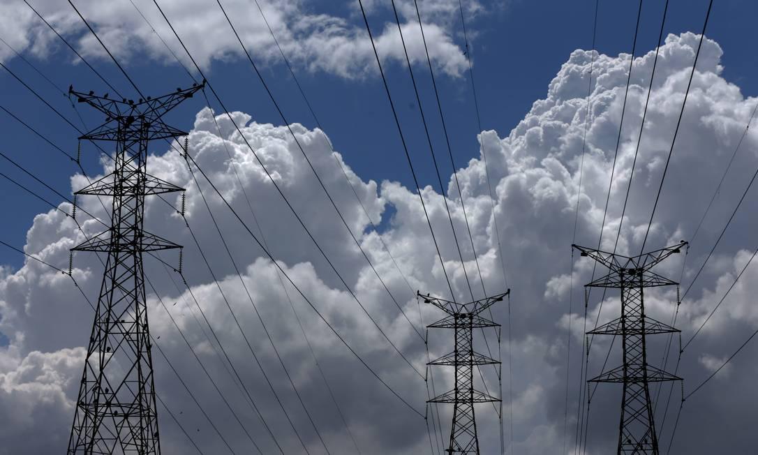 Torres de energia em Nova Iguaçu, no estado do Rio: desestatização da Eletrobras já tramita no Congresso Foto: Custódio Coimbra / 22/02/2021