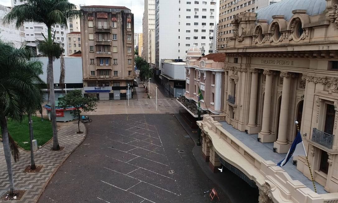 Esplanada do Theatro Pedro II e calçadão, em Ribeirão Preto, vazios no primeiro dia de lockdown na cidade do interior de SP Foto: Sergio Oliveira / EPTV