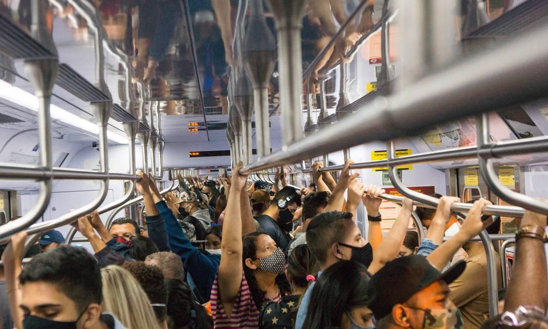 Evitar aglomerações no transporte público é um dos grandes gargalos no combate ao coronavírus no Brasil Foto: Roberto Costa/Código 19/Agência O Globo / Agência O Globo