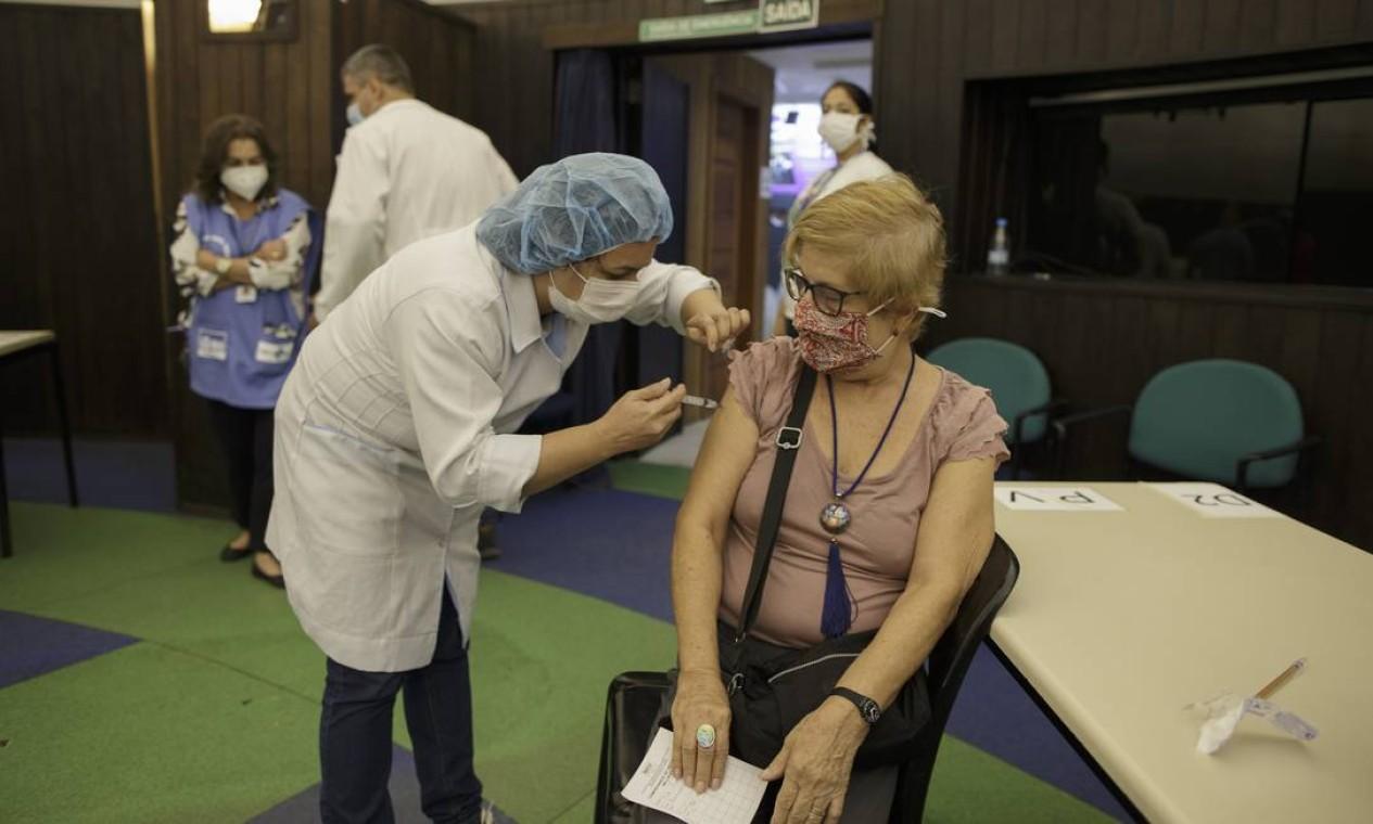 Planetário da Gávea foi o local do primeiro dia de vacinação por distinção de gênero, além da faixa etária. O resultado foi uma vacinação tranquila e sem filas Foto: Márcia Foletto / Agência O Globo
