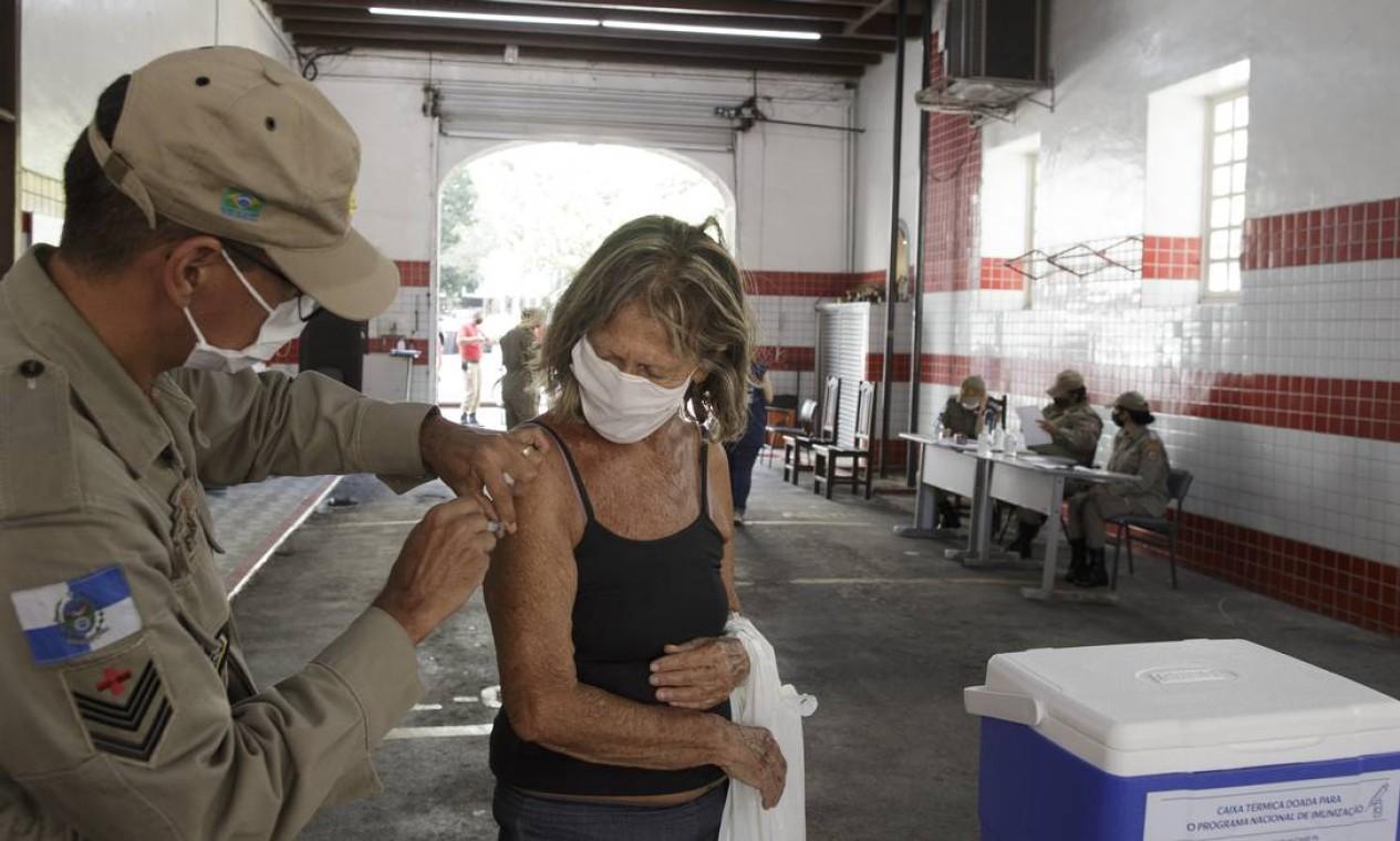 Quartel dos Bombeiros de Copacabana também também montaram postos de vacinação. Na foto, o quartel de Copacabana, na Rua Xavier da Silveira Foto: Márcia Foletto / Agência O Globo