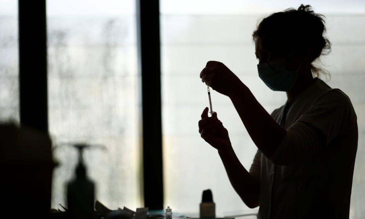 Um profissional de saúde prepara uma dose da vacina Pfizer-BioNTech em um centro de vacinação no Hospital Confluent, em Nantes Foto: STEPHANE MAHE / REUTERS