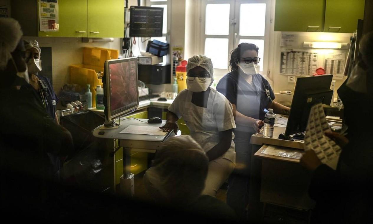 Equipe médica trabalha na unidade de pneumologia de um hospital em Paris, enquanto o número de pessoas internadas com Covid-19 aumenta na capital francesa Foto: CHRISTOPHE ARCHAMBAULT / AFP