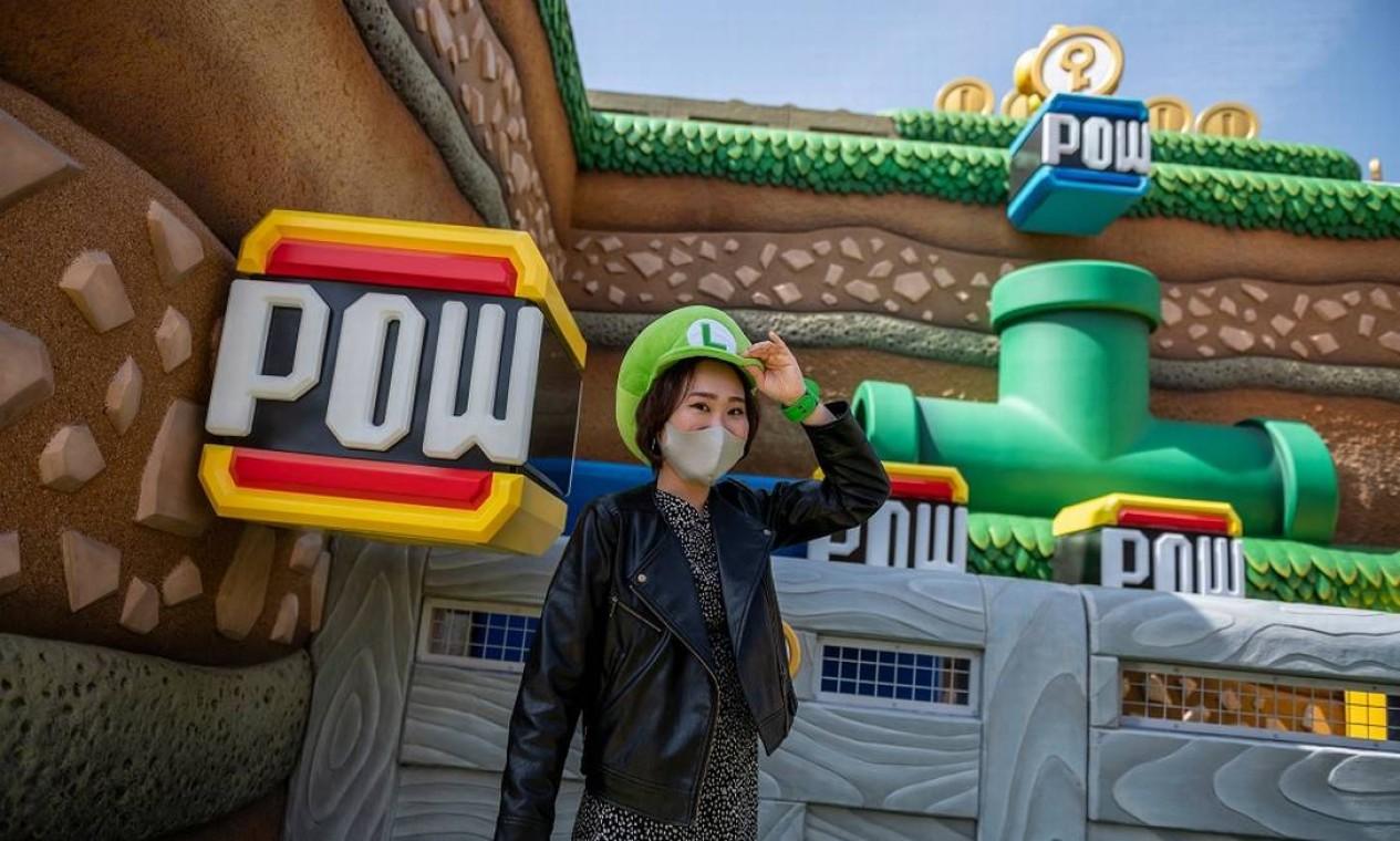 Visitante posa em frente à atração Koopa Troopa POWer Punch, na nova área temática Super Nintendo World , no parque Universal Studios Japan, em Osaka Foto: PHILIP FONG / AFP
