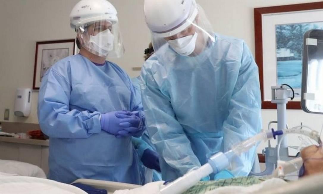 Médicos intubando paciente de covid-19 nos EUA; procedimento exige medicamentos que relaxem e deixem sedada a musculatura Foto: Reuters