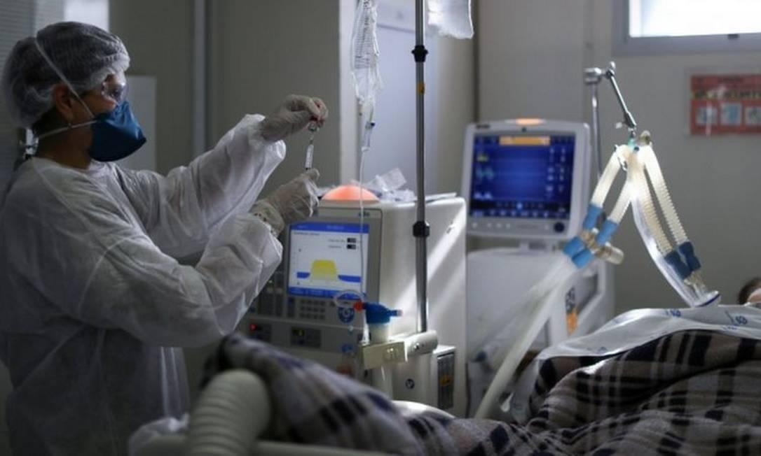 Falta de protocolo nacional, com orientações sobre intubação, é citado por médicos como uma das razões para os números altos de mortes no Brasil Foto: AMANDA PEROBELLI / REUTERS