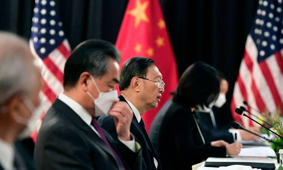 Delegação da China durante reunião com os EUA em Anchorage, no estado americano do Alasca Foto: FREDERIC J. BROWN / AFP