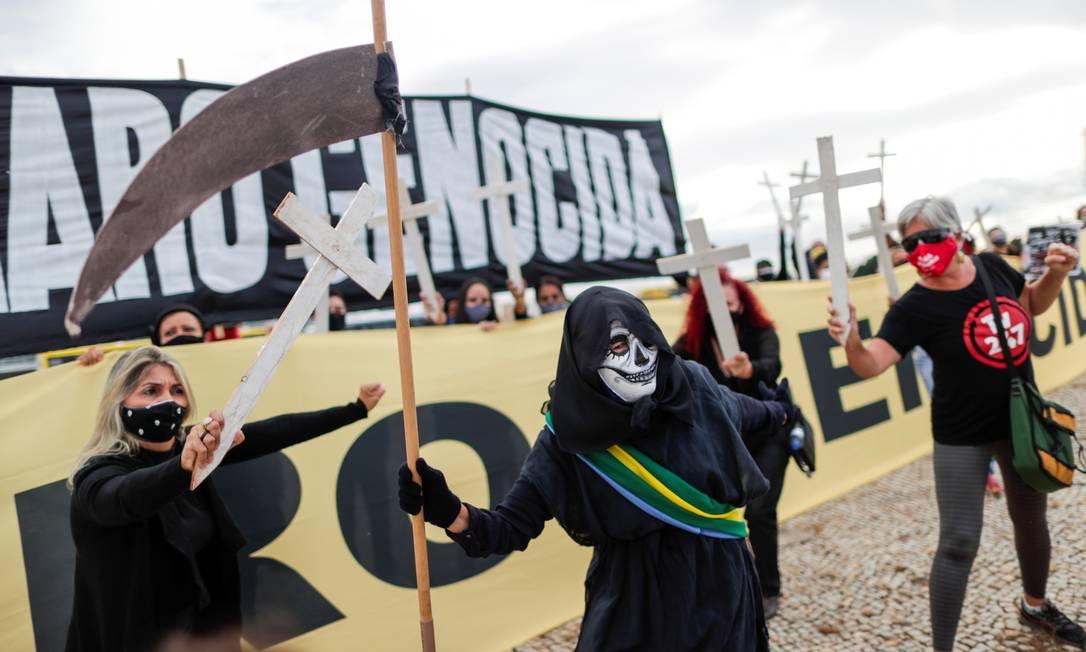 """Um dia após a Polícia Militar prender manifestantes com uma faixa em frente ao Palácio do Planalto chamando o presidente Jair Bolsonaro de """"genocida"""", um novo protesto foi feito no local Foto: UESLEI MARCELINO / REUTERS"""