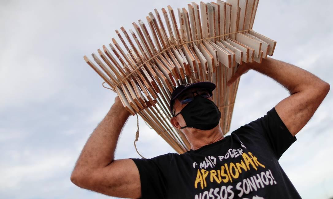 Cerca de 30 pessoas participaram do protesto, entre elas três deputados do PSOL Foto: UESLEI MARCELINO / REUTERS