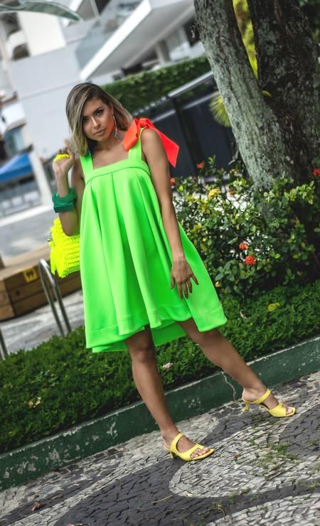 Bem confortável. Vestido Erica Rosa, R$ 785 (ericarosa.com.br); sandálias Via Boho, R$ 99,90 (viaboho.com.br); bolsa, R$ 389, e brincos, R$ 54, Kitanga Milaré (@kitanga.milare); e pulseiras Lilac, R$ 119, cada (lilacacessorios.com.br) Foto: Foto de Ricardo Veloso