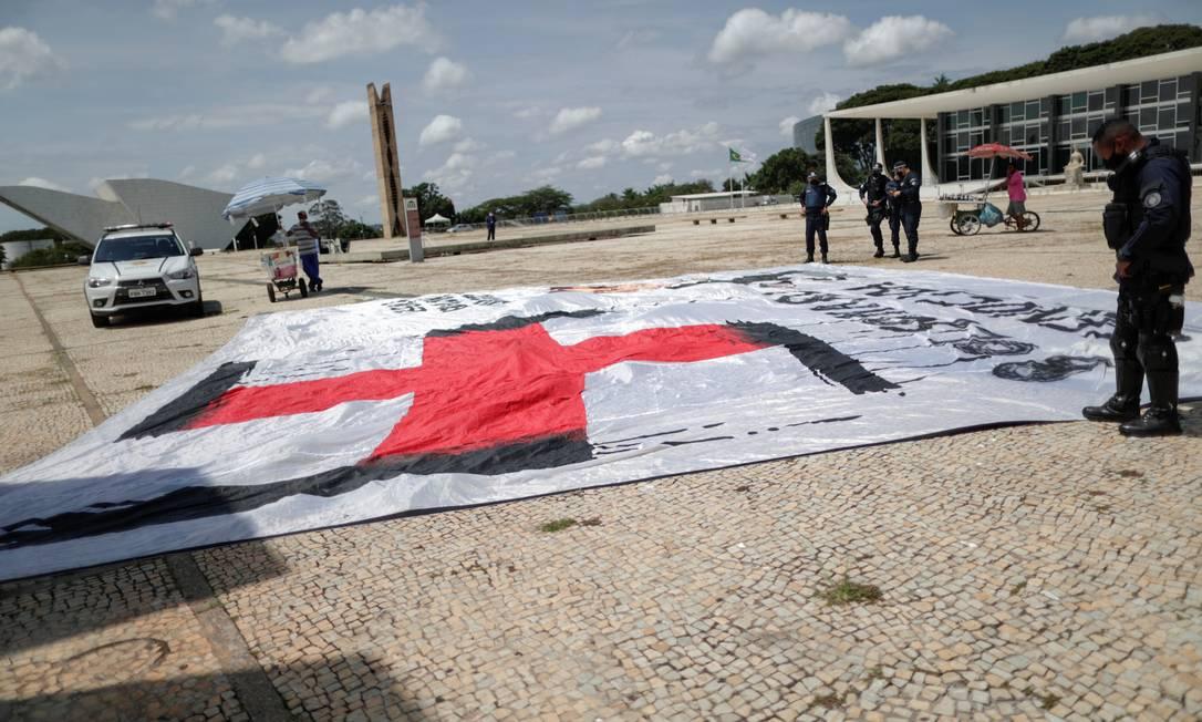 No dia anterior, manifestantes que abriram uma faixa com o símbolo do nazismo foram presos Foto: UESLEI MARCELINO / REUTERS