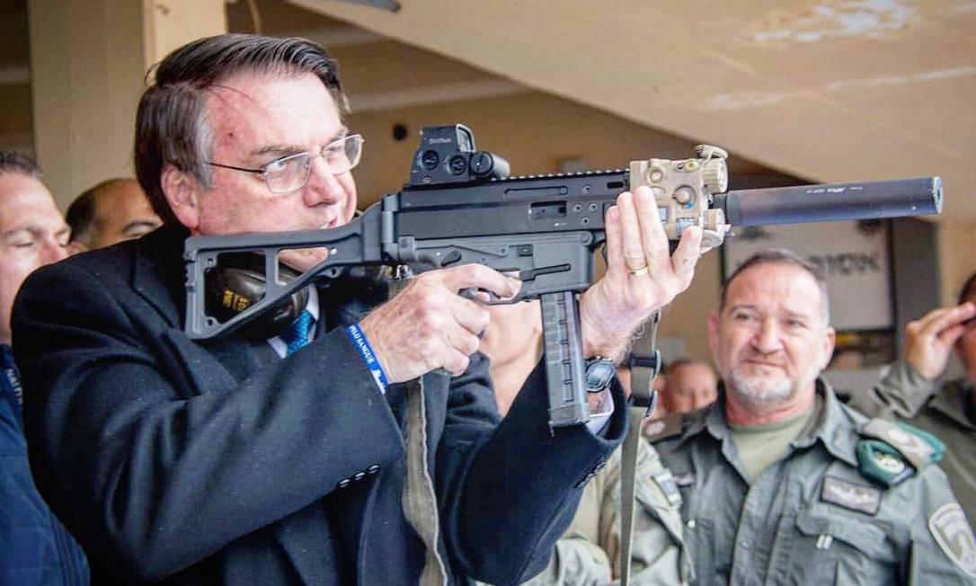 Bolsonaro publica em rede social foto empunhando um fuzil Foto: Foto: Reprodução Instagram