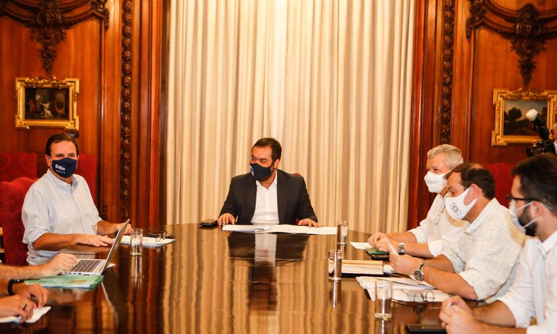 Paes, à esquerda, Castro, no centro, e Axel Grael, à direita do governador em exercício: reunião nesta sexta-feira Foto: Rogério Santana / Divulgação