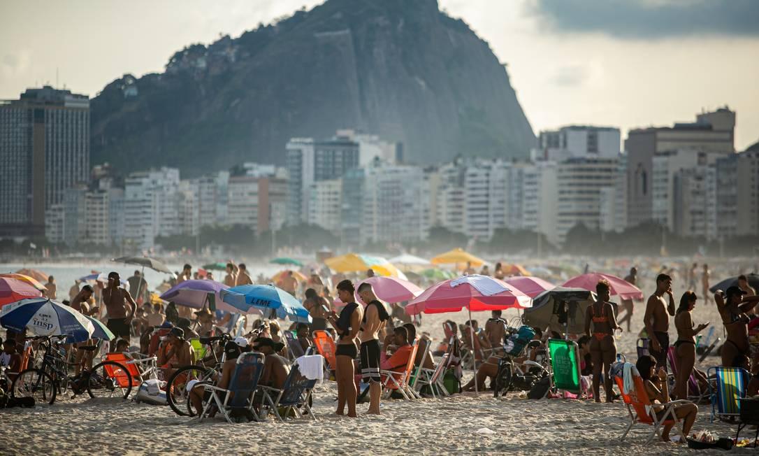 Movimentação na praia do Leme nesta sexta-feira, véspera da adoção das medidas restritivas Foto: Hermes de Paula / Agência O Globo