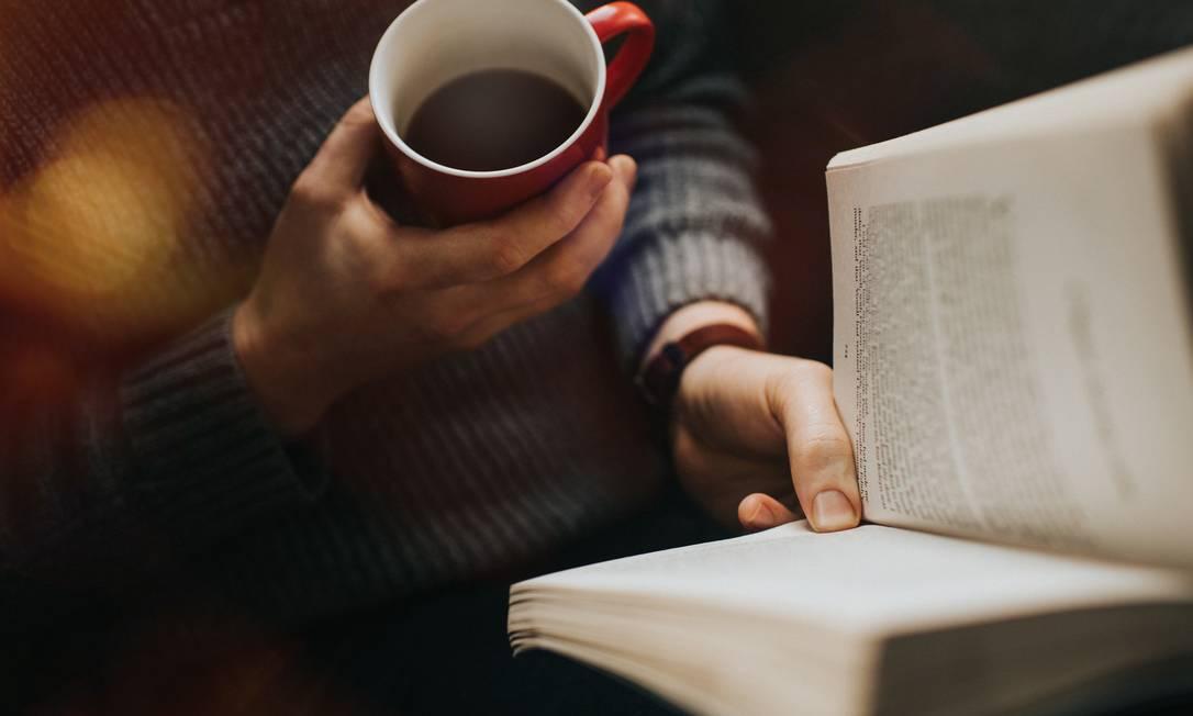 O hábito da leitura tem ajudado a suportar o isolamento social Foto: Catherine Falls Commercial / Getty Images