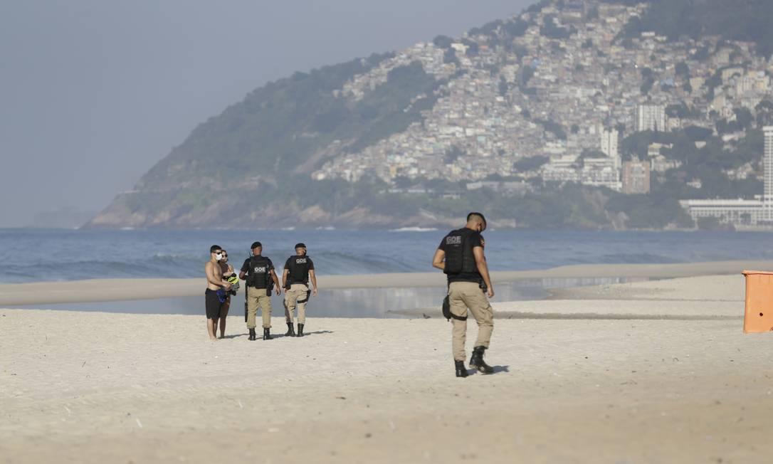 Guardas municipais retiram banhistas que foram à Praia de Ipanema mesmo com a proibição Foto: Agência O Globo / Marcia Foletto