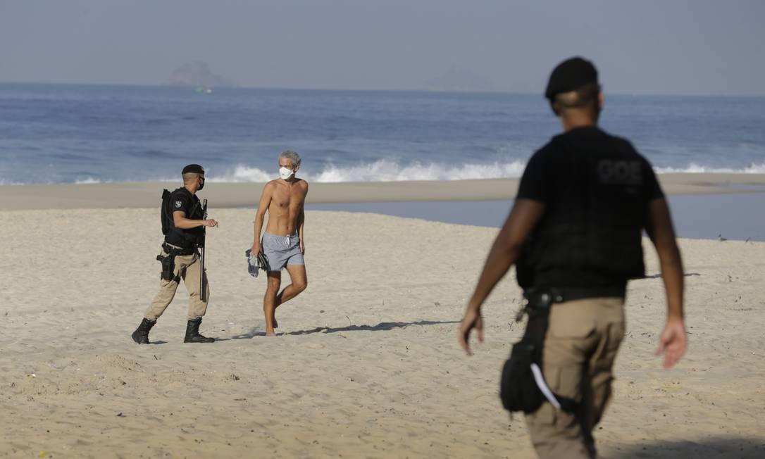 Guarda acompanha banhista para fora da praia Foto: Marcia Foletto / Agência O Globo